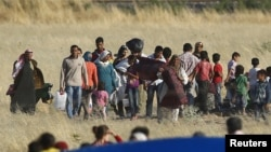 25 حزيران كورد سوريون يتركون كوباني سائرين نحو الحدود السورية التركية