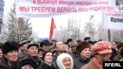 """Оппозицияға қолдау білдірген жұрт """"Азат"""" партиясы өткізген митингте үкіметтің отставкаға кетуін талап етті. Алматы, 21 ақпан 2009 ж."""