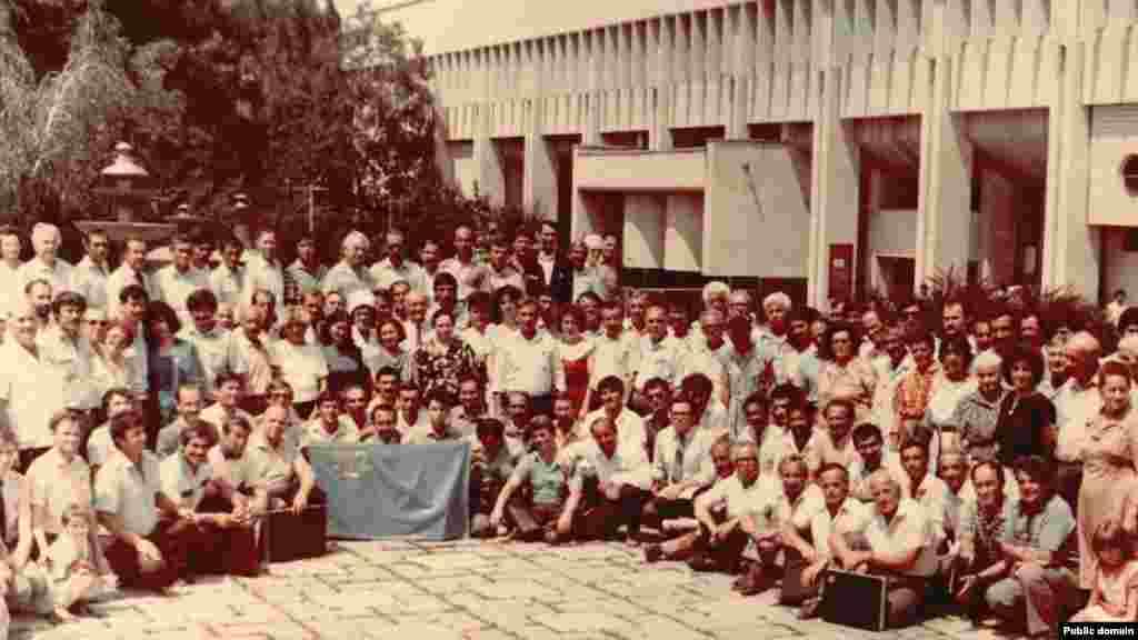 Червень 1991. А це вже учасники та гості другого Курултаю в Сімферополі. Між двома зборами минуло понад 70 років. І ось він, затверджений ще на початку 20 століття, національний прапор у руках у кримських татар, які повернулися на рідну землю з депортації
