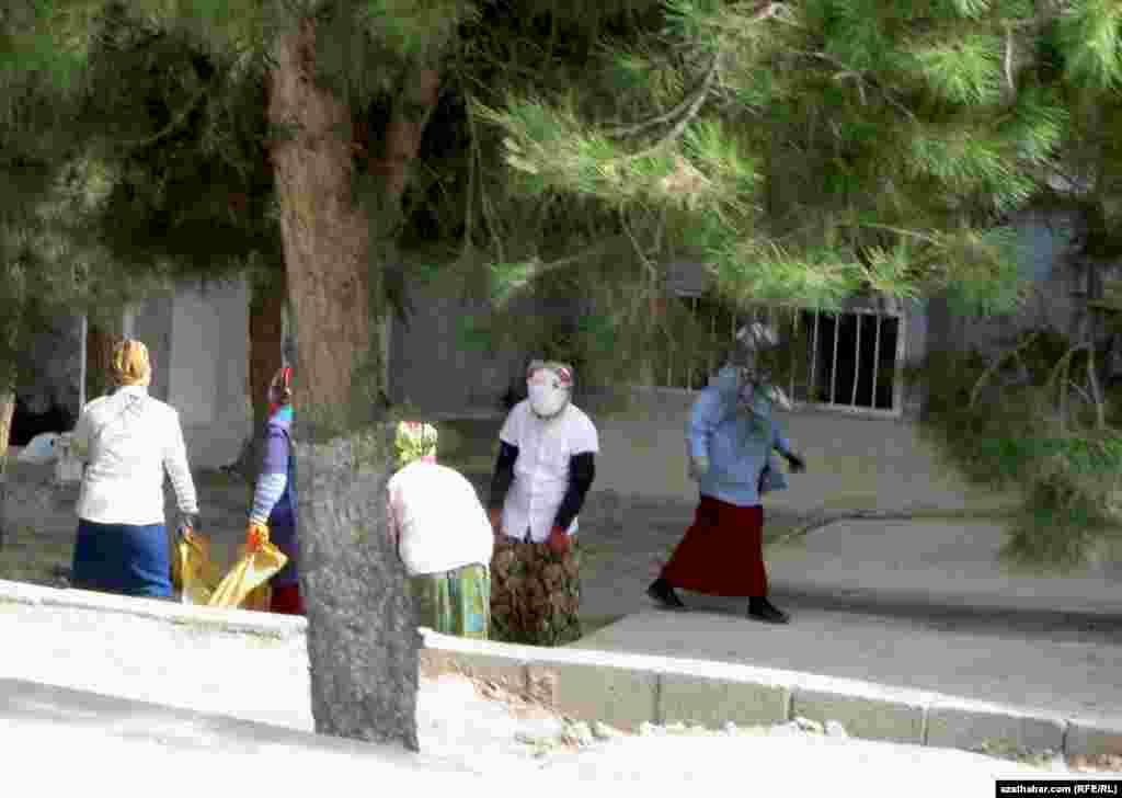 Aşgabadyň köçelerini arassalaýan zenanlar