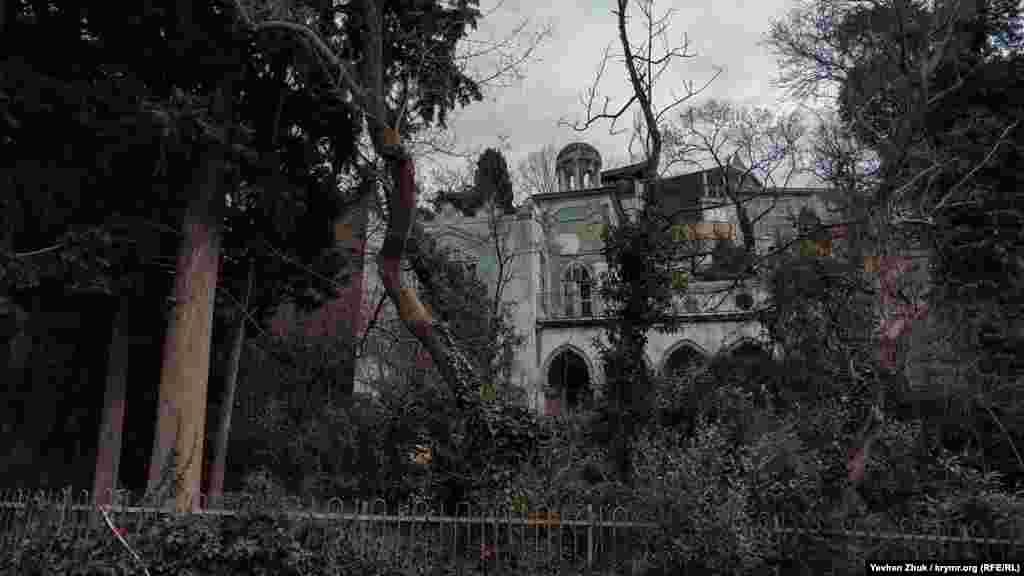 Таинственный дворец в доме без номера на улице Свердлова в Ялте.В советское время в этом здании находилось стоматологическое отделение