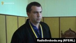 Суддя Павло Вовк у своєму кабінеті