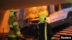 Сотрудники службы спасения у автобуса, въехавшего в подземный переход. Москва, 25 декабря 2017 года.