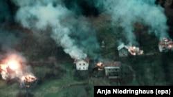 Горящие дома в Боснии. Снимок 1990-х годов.