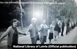Світлина з виставки, присвяченої 30-річчю «Балтійського шляху», в Латвійській національній бібліотеці