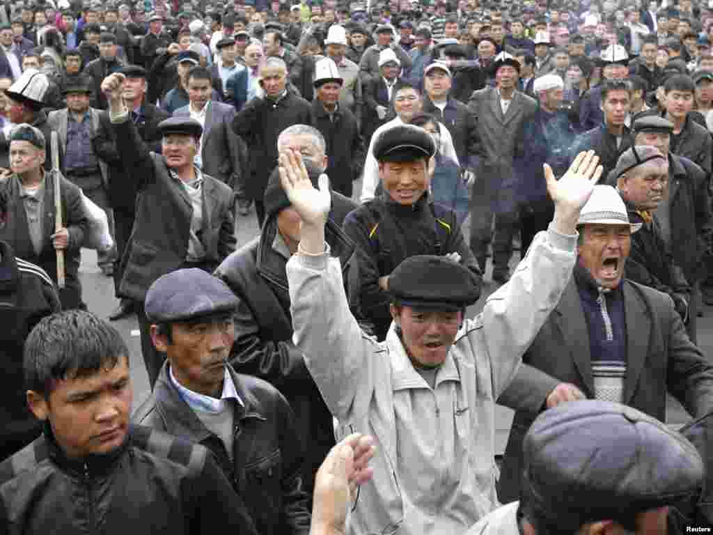 Сторонники Временного правительства празднуют победу над сторонниками Бакиева на митинге в Оше, 15 апреля 2010 года.