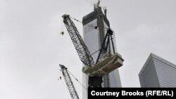 """Дүниежүзілік сауда үйінің орнына тұрғызылып жатқан """"Еркіндік мұнарасы"""" ғимараты. Нью-Йорк, 11 наурыз 2013 жыл."""