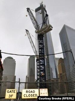 One World Trade Center, în aşteptarea vîrfului care-l va face cel mai înalt turn din emisfera de Vest. 11 martie 2013