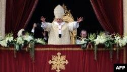 """Папа римский Бенедикт XVI во время речи """"Urbi et Orbi"""", Ватикан, 8 апреля 2012"""