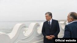Президент Шавкат Мирзияев с руководителем «Узгидроэнерго» Абдугани Сангиновым. Сардоба, мая 2020 года.