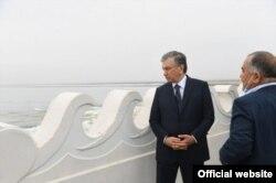 1 май куни Сардоба сув омборидаги фалокат жойига Абдуғани Сангинов билан бирга келган президент Мирзиëев қилинган ишдан мамнун эмасдек кўринди.