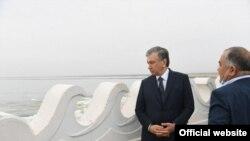 Президенти Узбекистон Шавкат Мирзиёев дар назди сарбанди Сардоба