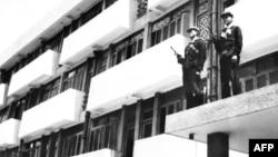 Солдаты красных кхмеров охраняют здание бывшего министерства обороны в конце апреля 1975 года в Пномпене