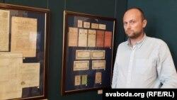 Гісторык і нумізмат Янка Лялевіч побач з экспанатамі самых старых папяровых грошай часоў Касьцюшкі