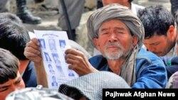 Хазарейский аксакал принимает участие в акции протеста.