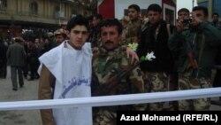 Ирактық қауіпсіздік күштерінің мүшесі мен жай тұрғын суретке түсіп тұр. Сулаймания, 22 сәуір 2011 жыл