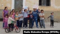 Децата од битолското село Канино не одат на училиште зашто се уште не започнала градбата на новото училиште, кое надлежните им го ветиле уште пред две години.