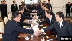 Pamje gjatë takimit të parë pas dy vitesh në mes të delegacioneve të Koresë Veriore dhe asaj Jugore.