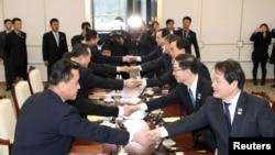 Делегації Південної і Північної Кореї під час зустрічі 9 січня 2018 року