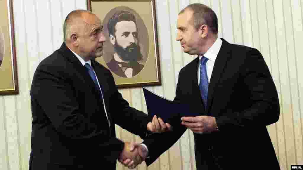 БУГАРИЈА - Со претседателот Румен Радев немаме никакви заеднички точки, освен бесмислените консултативни совети, каде никогаш ништо не се реши. Претседателот всушност ќе ми ја олесни работата, изјави бугарскиот премиер Бојко Борисов, откако во обраќањето кон нацијата шефот на државата кажа дека ја изгубил довербата во владата, пренесе БГНЕС.