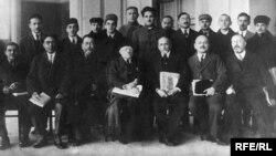 Алаш зиялысы Ахмет Байтұрсынұлы алдыңғы қатарда сол жақтан үшінші отыр. Бұл фотосуреттің сыртында «Ғылыми қызметкерлердің бүкілодақтық съезі. 1927 жыл. Ақпан 5-13» деп жазылған.