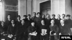 Ғылыми қызметкерлердің бүкілодақтық съезінде. Ахмет Байтұрсынұлы алдыңғы қатарда сол жақтан үшінші отыр. Ақпан, 1927.