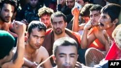 Migrantët protestues me gojën e qepur