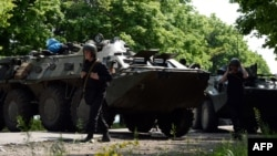 Ukrainian government forces at a checkpoint near the eastern city of Slovyansk, May 15, 2014