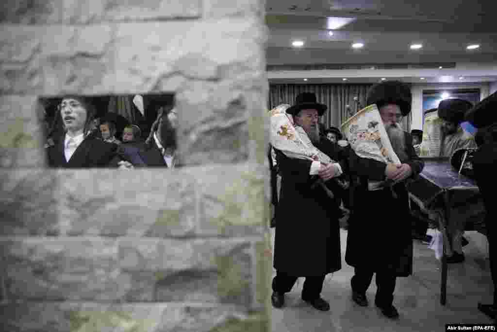 Ультраартадаксальныя габрэі танчаць са скруткамі Торы на заканчэньне сьвята Сукот (Сьвята кушчаў) у Ерусаліме 1 кастрычніка.