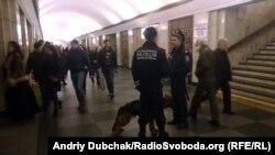 Поліцейські з собакою шукають вибухівку в київському метро (ілюстративне фото)