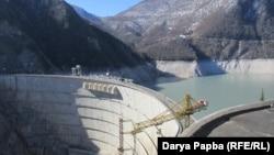 По сообщению источника на ИнгурГЭС, заражены 22 энергетика, работавшие на электростанции, и лица, контактировавшие с ними