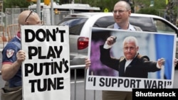 Protestatari la Lincoln Center în cadrul campaniei: «New York Boycotts Spivakov!». New York, mai 2014