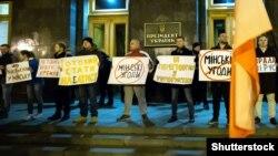 Во время акции «Не допустим минской измены» возле Офиса президента Украины. Киев, 13 марта 2020 года