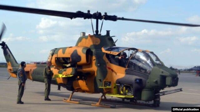 La producción de AH-1W de Super Cobra helicóptero de combate del zinavarzharanum Azerbaiyán, archivo