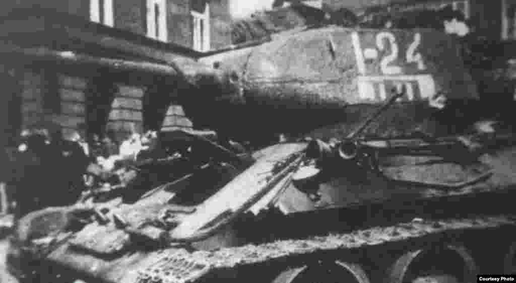 """Танк лейтенанта Ивана Гончаренко модели """"Т-34"""" вскоре после боя в Праге 9 мая 1945 года. Танк носил бортовой номер """"24""""."""