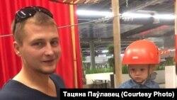 Палітвязень Кірыл Паўлавец з маленькім сынам. Архіўнае фота.