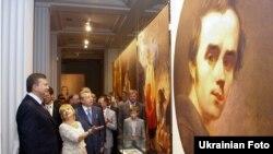 Віктор Янукович у щойно відкритому музеї Тараса Шевченка у Каневі