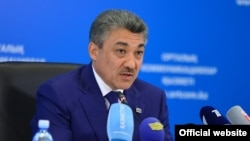 Председатель надзорной судебной коллегии по уголовным делам Верховного суда Казахстана Абай Рахметулин на брифинге в Астане, 12 мая 2015 года.