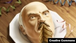 Торт у выглядзе галавы Аляксандра Лукашэнкі. Плякат міжнароднай кампаніі Amnesty International супраць цэнзуры і палітычных рэпрэсіяў.