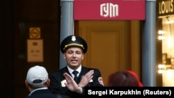 A security guard blocks the entrance to the GUM shopping center in central Moscow on September 14 after a bomb threat was phoned in.