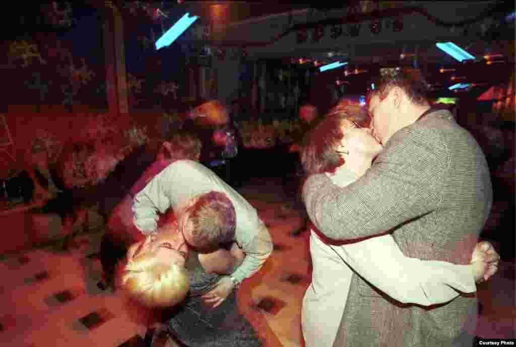 Посетители ночного клуба, 1998.