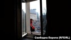 Медицинската сестра Бойка Атанасова, една от петте, барикадирали се в четвъртък вечер в парламента, стои на прозореца на сградата