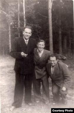 Янка Брыль, Рыгор Няхай і Алесь Кучар у Каралішчавічах. 1952 г. З фондаў БДАМЛМ