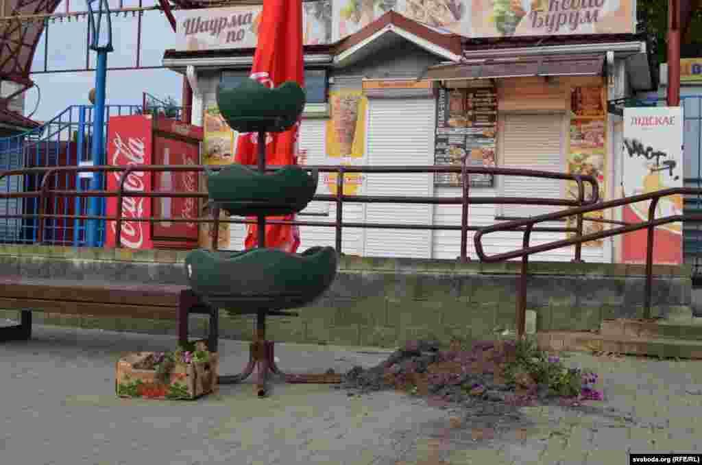 Вазоны для кветак з высыпанай зямлёй каля Серабранскага рынку