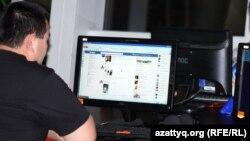Интернет клубта Facebook желісін қарап отырған адам. Алматы, 2 мамыр 2012 жыл. (Көрнекі сурет)