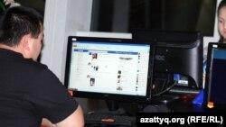 Алматыдағы интернет-кафелердің бірінде отырған азамат. (Көрнекі сурет)