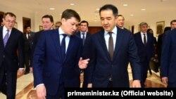 Премьер-министры КР и РК Сапар Исаков и Бакытжан Сагинтаев. Архивное фото. Астана, 18 октября 2017 года.