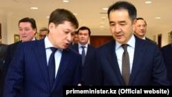 Қазақстан премьер-министрі Бақытжан Сағынтаев (оң жақта) пен Қырғызстан премьер-министрі Сапар Исаков. Астана, 18 қазан 2017 жыл.