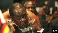 На президента Зимбабве Роберта Мугабе Запад начал давить самыми разными методами