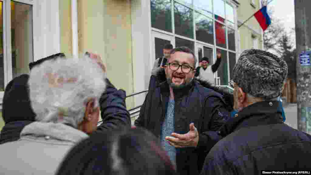 Qırımtatar milliy areketiniñ faali Nariman Celâl Kiyev rayon mahkemesiniñ binası ögünde